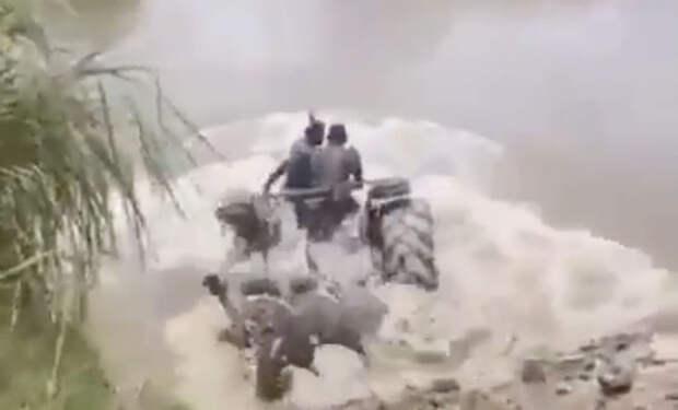 На тракторе по дну реки: амфибия индийских фермеров