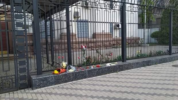 «Чужих детей не бывает»: украинцы несут цветы к посольству РФ из-за трагедии в Казани