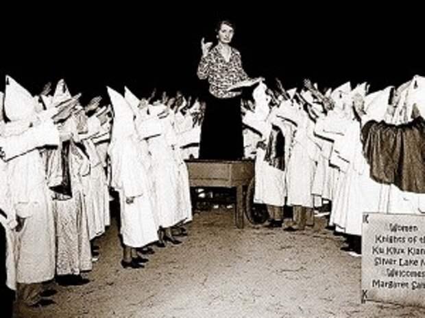 Мадам Зангер выступает перед членами общества ку-клукс-клан. 1926 год