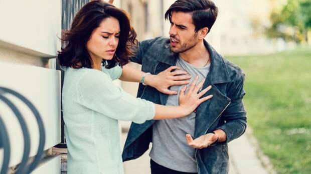 девушка отталкивает парня