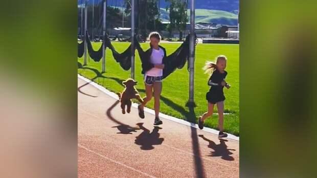 Собака Трусовой присоединилась к фигуристке во время утренней пробежки на сборе в Кисловодске: видео