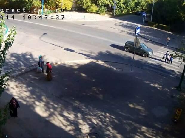 Водитель потянулся за телефоном и «нечаянно» сбил пенсионерку с внуком (ВИДЕО)
