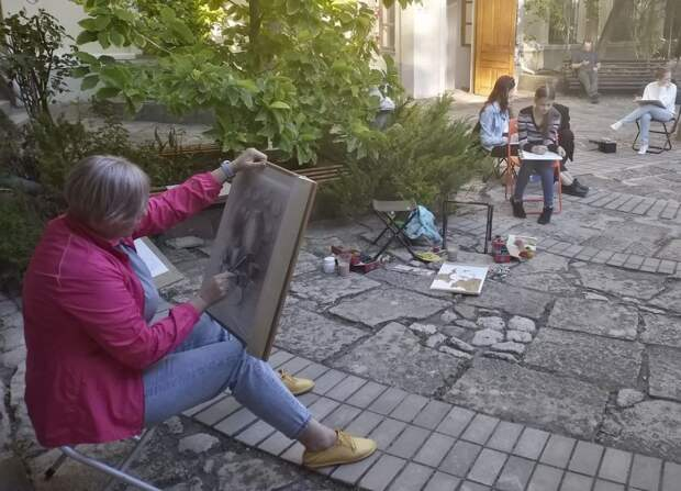В дворике Керченского музея древностей проведена серия пленэров