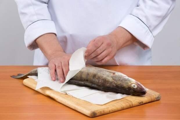 Легкий способ, как быстро почистить рыбу без ножа и остаться с чистыми руками