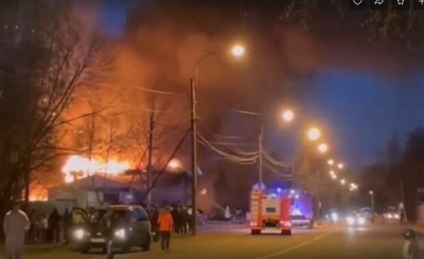 СТО на Любимой улице тушили 2,5 часа. Очевидцы рассказывают, что хозяин выкатил машины и умер