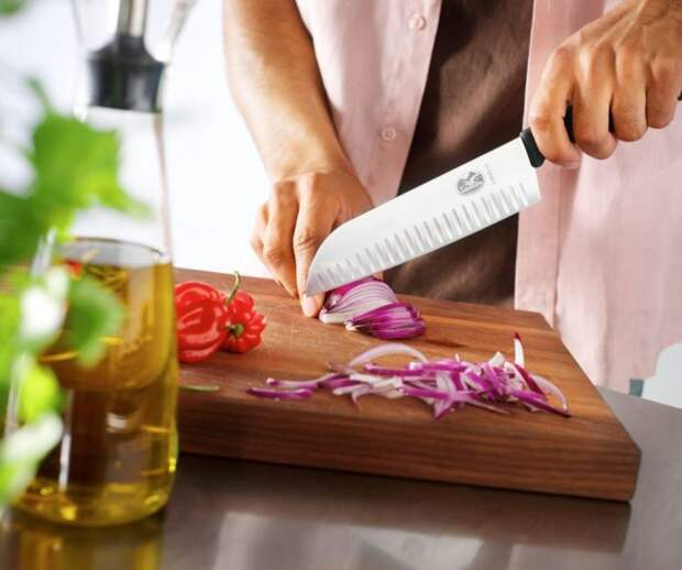 Доска также имеет значение для состояния и сохранности ножей. /Фото: kosholka.com.ua