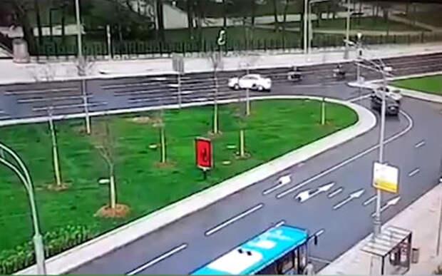 Кегельбан по-московски: машина сбила двух мотоциклистов ГИБДД