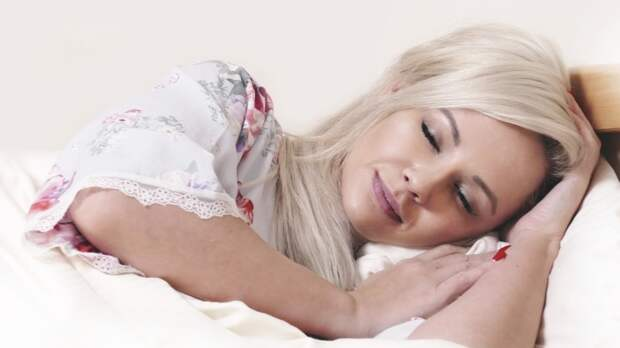 Названы опасные болезни, провоцирующие ночную потливость