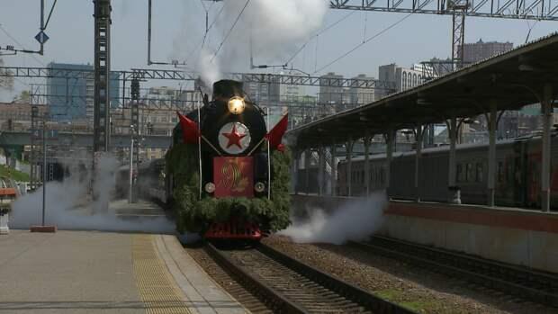 «В расписании нет, но он прибыл»: поезд Победы встретили во Владивостоке
