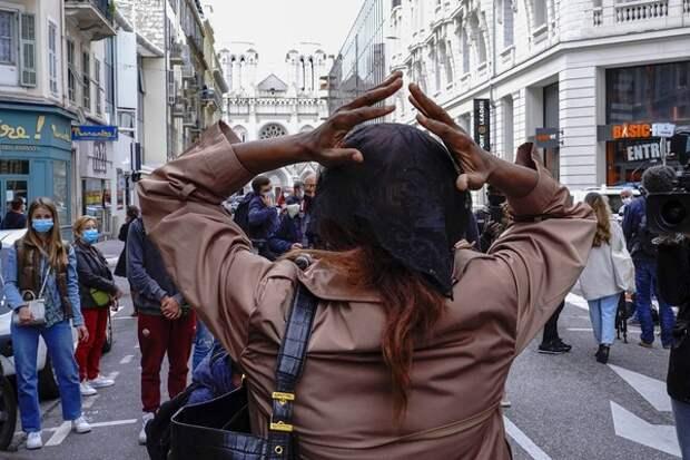 Церемонию памяти обезглавленного учителя в Париже пытались сорвать 30 человек в капюшонах