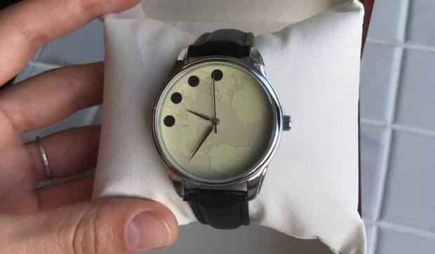 Дизайнер из Москвы подарил Путину Часы мира
