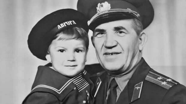 Предали свои: Вещи Героя Советского Союза выбросили на помойку