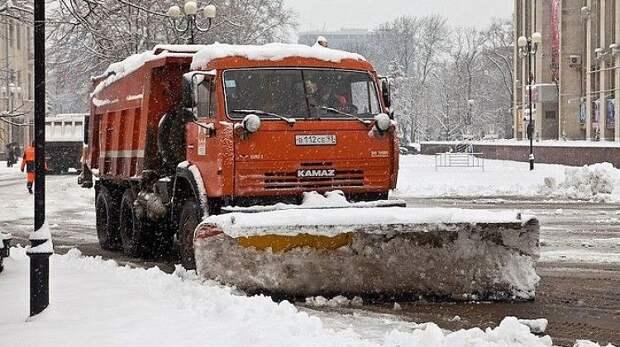 Снег на кубанских трассах расчищают около 700 спецмашин