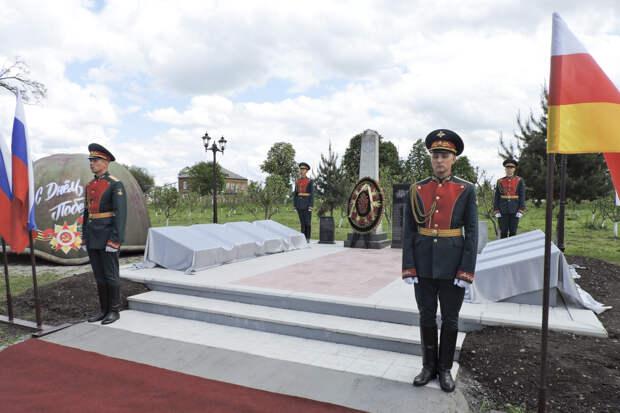 В Северной Осетии состоялось торжественное открытие монумента советским солдатам, погибшим в боях у селения Рассвет