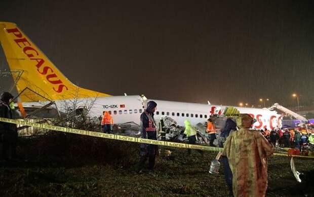 Прибывший в Стамбул из Измира самолёт развалился на три части