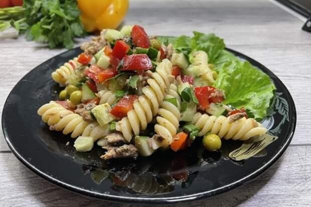 Фото к рецепту: Салат с тунцом и макаронами