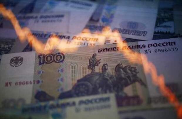 A reflection of a yearly chart of U.S. dollars and Russian roubles are seen on rouble notes in this photo illustration taken in Warsaw November 7, 2014. The rouble recovered on Friday, paring heavy losses as investors anticipated possible action by the central bank to halt a slide that could destabilise Russia's financial system. With the rouble appearing to be in free-fall in morning trade, some analysts said the country was already in the grip of a currency crisis. REUTERS/Kacper Pempel (POLAND - Tags: BUSINESS)