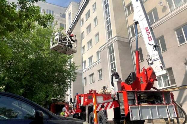 В Екатеринбурге из горящего дома эвакуировали более 50 человек