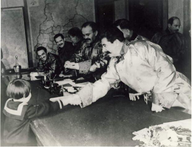 Сталин_и_Геля_Маркизова.jpg
