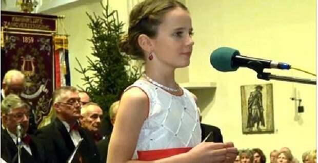 11-летняя девочка Захватывающе исполнила «O Holy Night», повергнув толпу до озноба