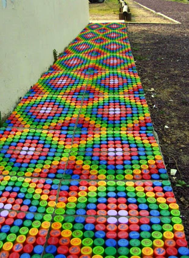 Мозаика из крышечек.   Фото: Pinterest.