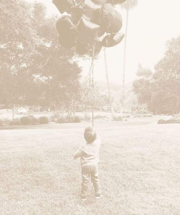 Меган Маркл поделилась трогательным фото своего сына в крошечных джинсах