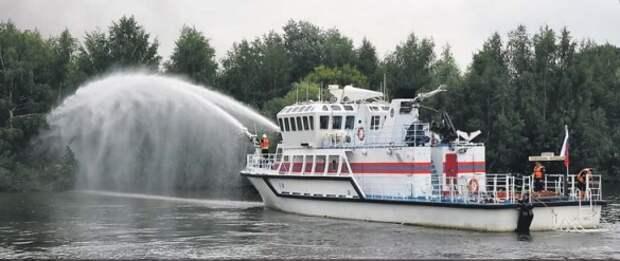 Спасатели под руководством капитана из Отрадного показали, как ликвидировать пожар с корабля