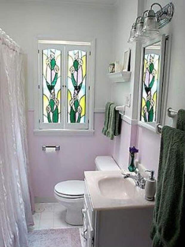 витражное окно в маленькой ванной комнате