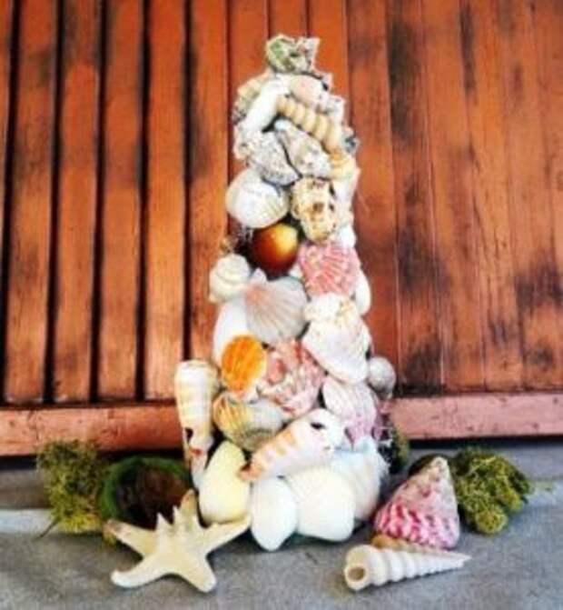 Дерево из ракушек будет долгое время напоминать о хорошем отдыхе на море. Сначала подготовьте корпус из картона или пластика в форме конуса.
