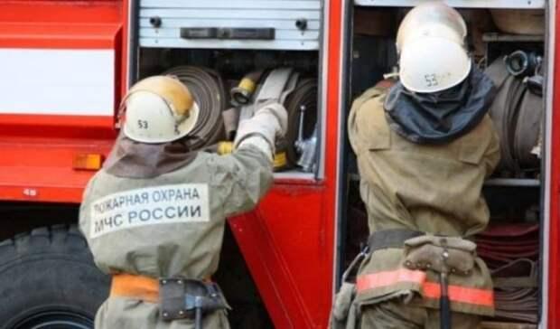 Пожар в Соль-Илецке повредил жилой дом иуничтожил два автомобиля