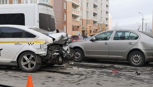 Таксист в Подольске потерял управление и врезался в припаркованные машины