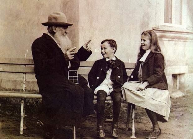 Лев Толстой любил, когда дети его слушают. И взрослые. Он любил, чтобы всё внимание было обращено на него.