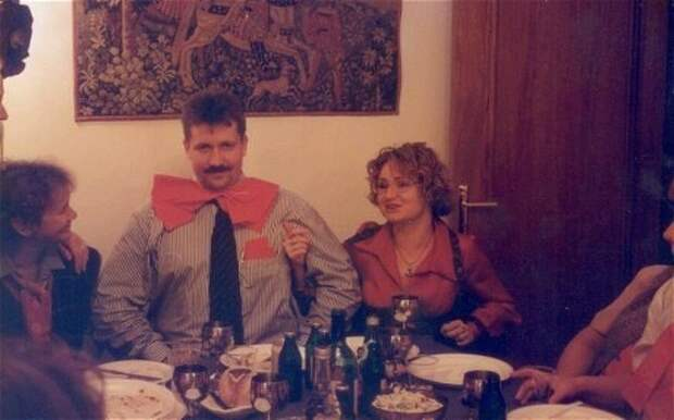 Молодой преуспевающий бизнесмен Виктор Бут празднует тридцатилетие в кругу семьи, 1997 год 90-е, подборка, фото