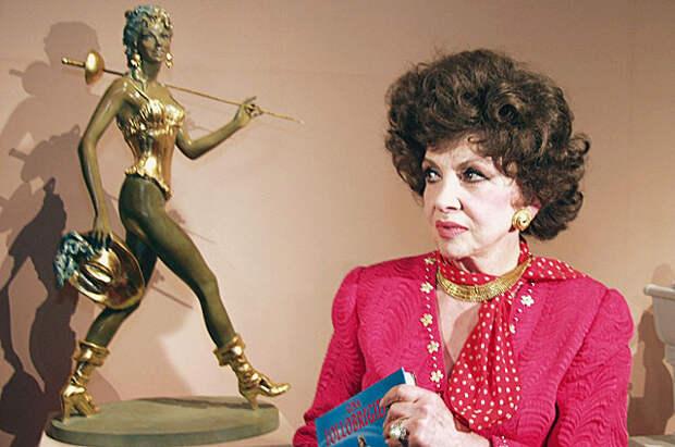 Джина Лоллобриджида на выставке своих скульптурных работ «Великие женщины» в Государственном музее изобразительных искусств им. А.С. Пушкина.