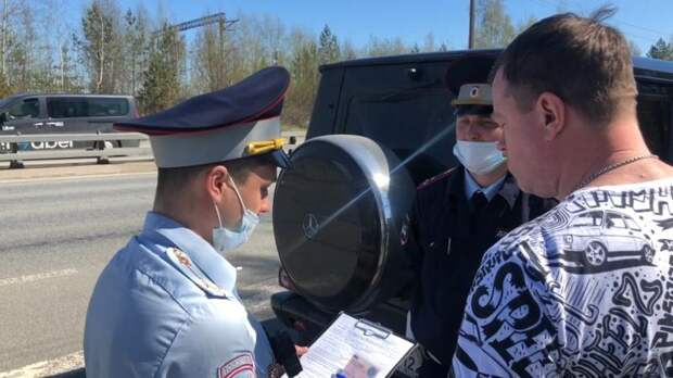 В Петербурге сотрудники ГИБДД поймали Gelendvagen и Lada с бутафорскими номерами - видео