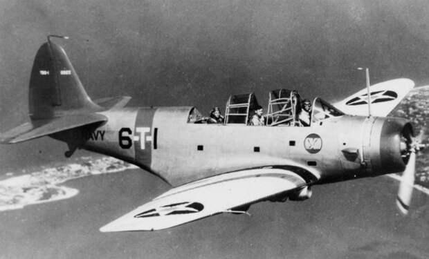 Экипаж военного самолета остался без топлива и сел в океан. 3 человека жили в резиновой лодке 34 дня