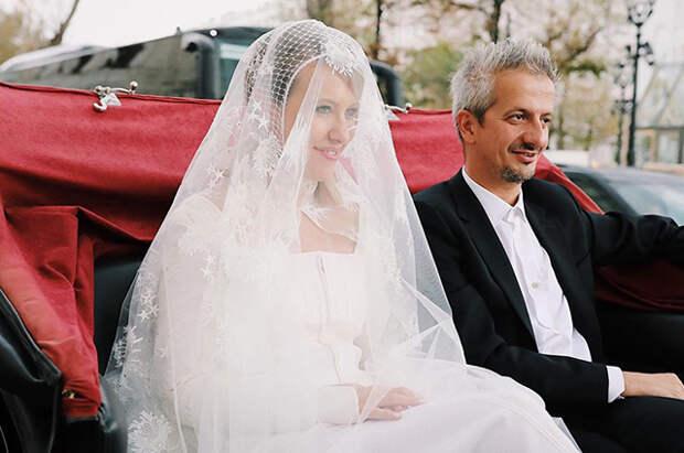 В РПЦ раскритиковали поведение Ксении Собчак и Константина Богомолова сразу после венчания