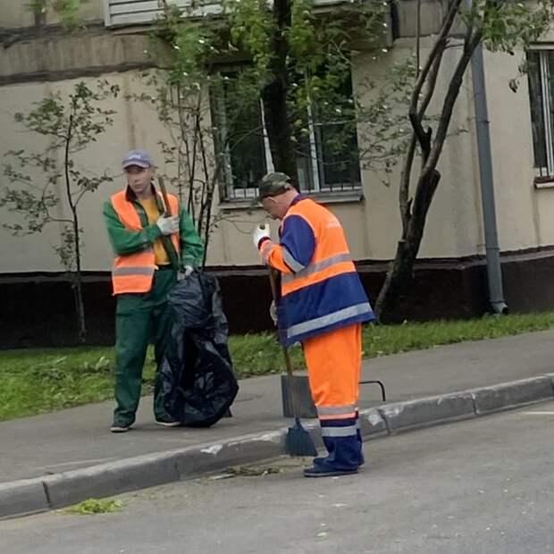 Пешеходные дорожки на улице Соколово-Мещерская очистили от травы — Жилищник