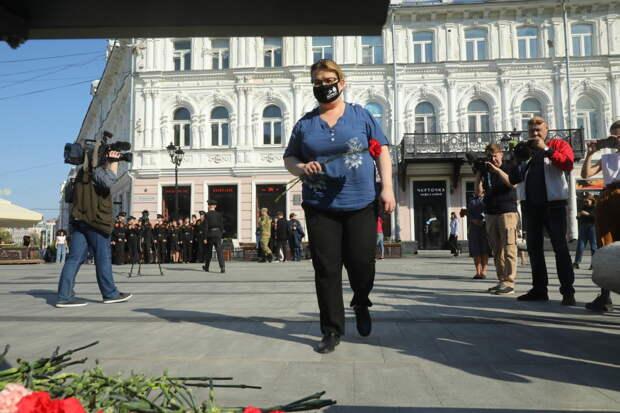 Фото дня: Нижегородцы несут цветы к мемориалу жертвам стрельбы в школе в Казани
