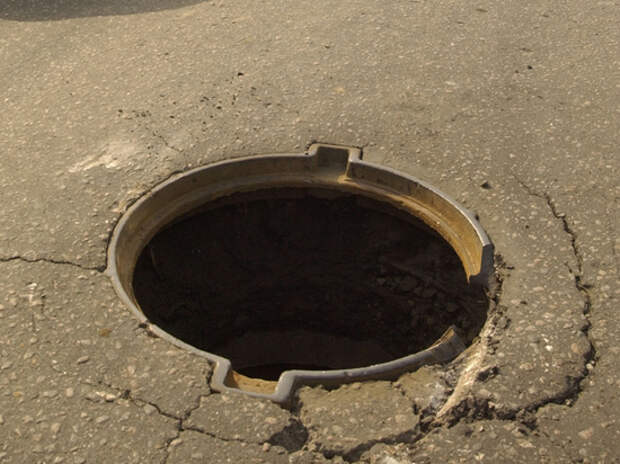 Пенсионер погиб, провалившись в открытый люк на юге Москвы