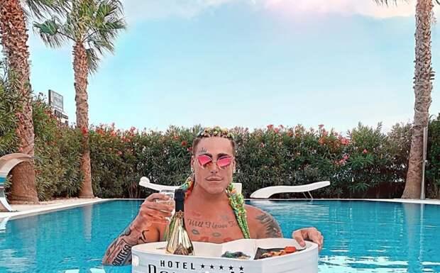 Хорватский манекенщик, увеличивший челюсть исрезавший нос, продолжает эксперименты