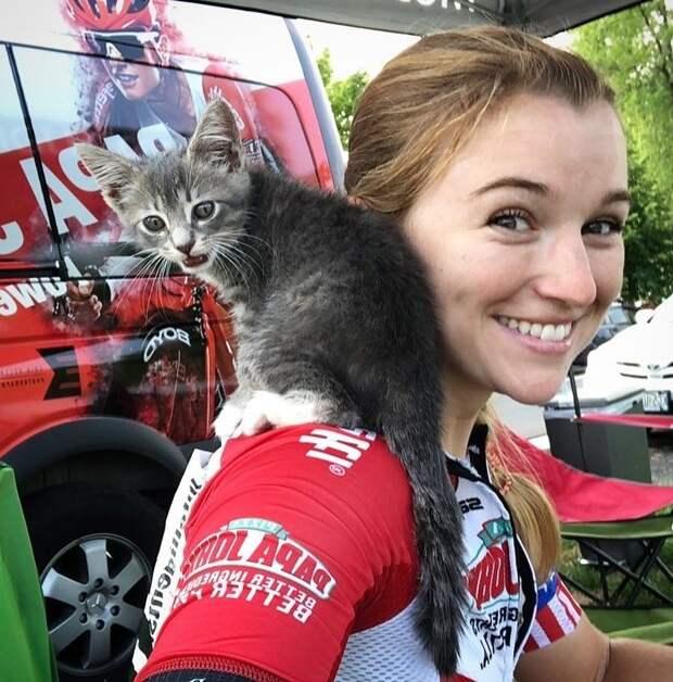 Девушка-велосипедистка во время гонки подобрала котенка и забрала себе