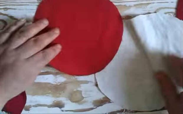Мастерица разрезала старую одежду на лоскутки, чтобы сделать очаровательную вещь