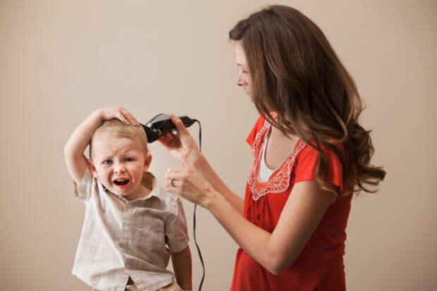 женщина стрижет маленького мальчика