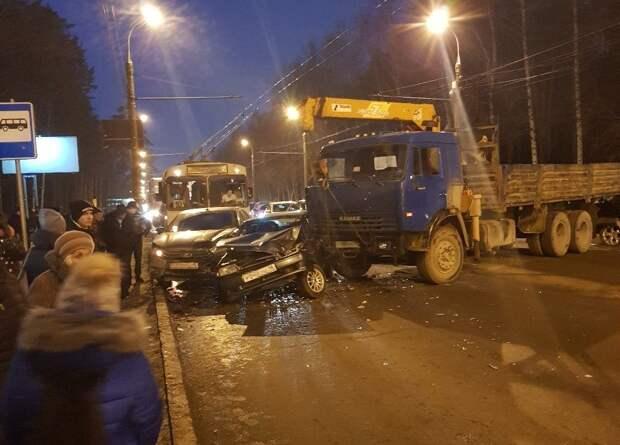 Массовое ДТП в Ижевске, новогоднее развлечение курганских чиновников и нападение свиньи на греческого журналиста: что произошло минувшей ночью