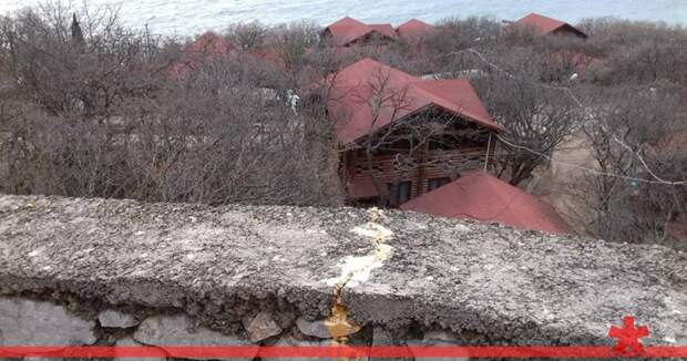 Оползень грозит снести отель на Южном берегу Крыма