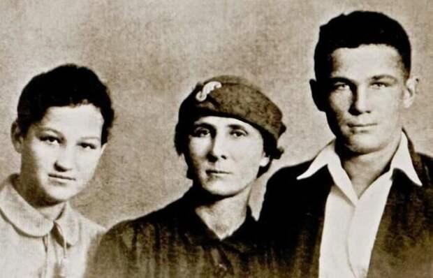Зоя и Александр Космодемьянские с матерью (июнь 1941 г.)