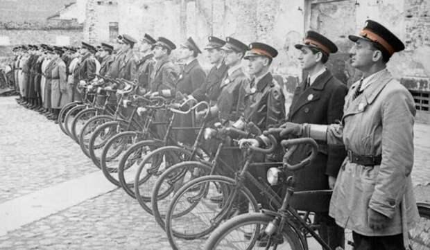 Велосипедный отряд еврейской полиции в Варшавском гетто.