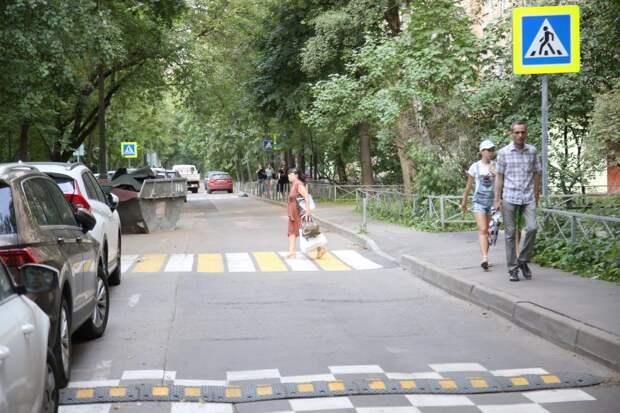 В проезде Серебрякова ограничили скорость и оборудовали «лежачих полицейских»