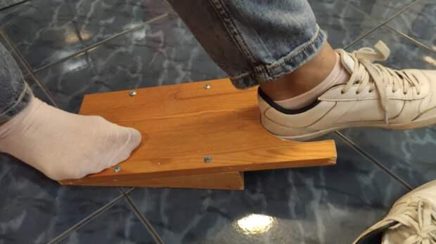 Необычное и полезное устройство для снятия обуви
